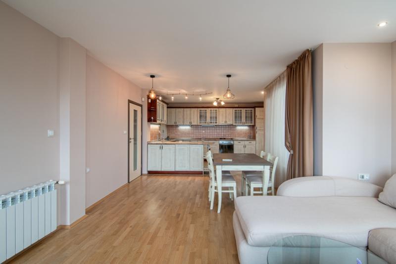 Тристаен апартамент в Идеален център
