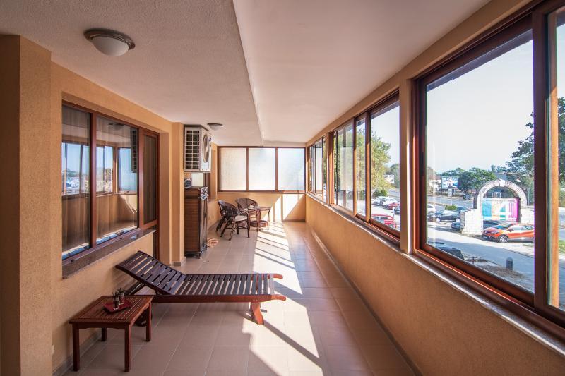 Красив тристаен апартамент в класически стил